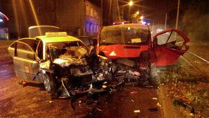Dwa promile i czołowe zderzenie. Kierowca taksówki w szpitalu