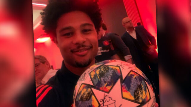 Bohater Bayernu zakłopotany. Przy owacjach na bankiecie chował się pod stół