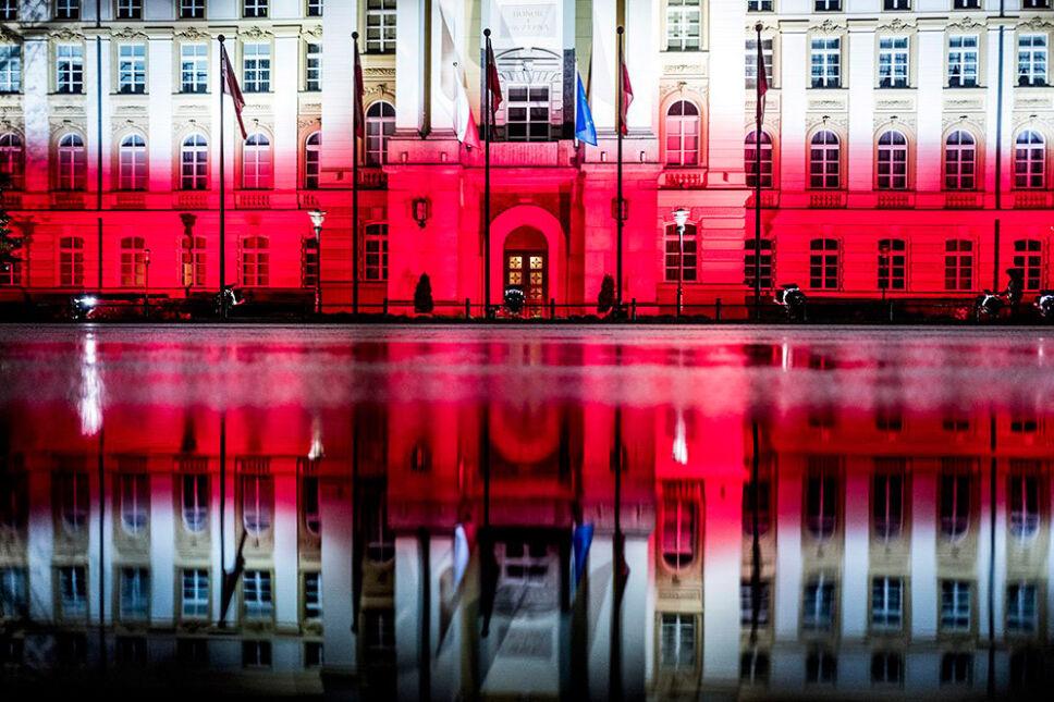 Biało-czerwona iluminacja na budynku KPRM w Warszawie