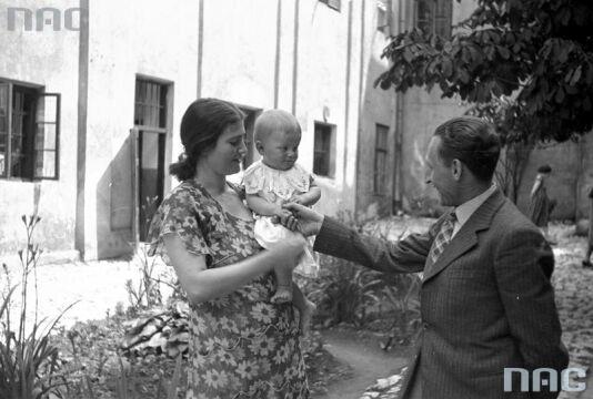 Oskarżona Rita Gorgonowa ze swoją córką Ewą na dziedzińcu więziennym
