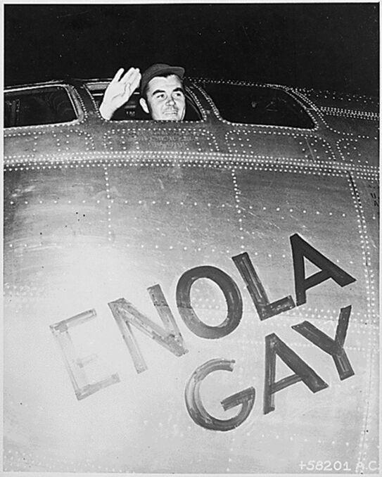 Pułkownik Paul W. Tibbets Jr. na pokładzie samolotu Enola Gay, który zrzucił bombę na Hiroshimę