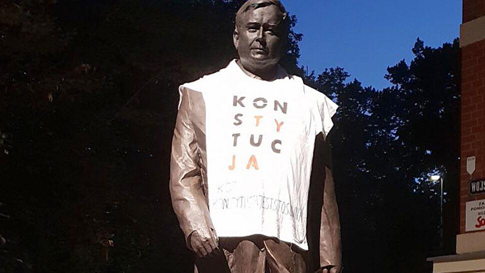 """""""Konstytucja"""" nie znieważa. Umorzone śledztwo w sprawie koszulki na pomniku"""
