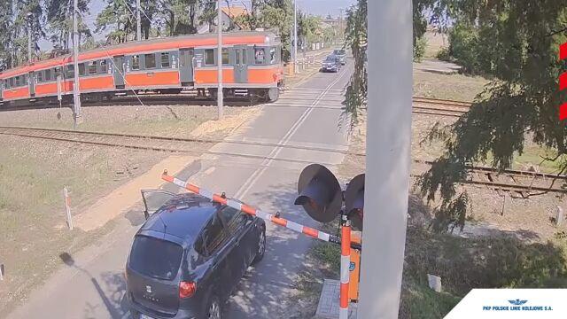Podjechał tak, że szlaban opadł na dach, a maszynista zatrzymał pociąg