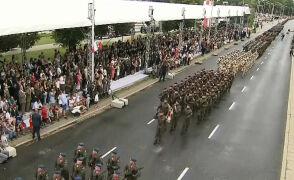 Przemarsz żołnierzy przed trybuną honorową