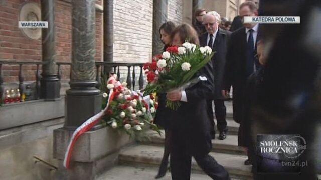Marta Kaczyńska składa kwiaty na Wawelu (TVN24)