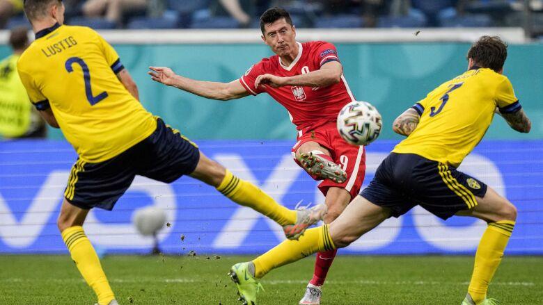 Lewandowski przywracał nadzieję, odbierała ją koszmarna gra obronna