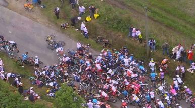 Bezmyślność kibica, za chwilę wielka kraksa. Dramat na trasie Tour de France