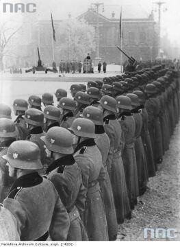 Zaprzysiężenie niemieckich oddziałów na pl. Wolności w Poznaniu
