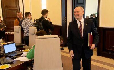 Minister Macierewicz wchodzi na posiedzenie rządu. Nie przywitał się ze wszystkimi
