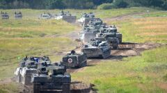 Kolumna czołgów Leopard 2 wraz z wozami wsparcia do ewakuacji rannych i doraźnej pomocy technicznej. Cały ten sprzęt ma trafić pod Warszawę