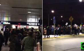"""""""Cały świat patrzy"""". Protest na lotnisku O'Hare po dekrecie Trumpa"""