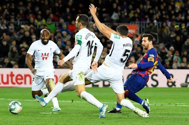 Barcelona nadal nie zachwyca. Messi uratował debiut nowego trenera