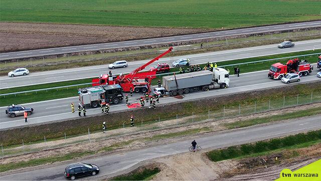 Samochód pod ciężarówką na DK 17.  Cztery osoby nie żyją