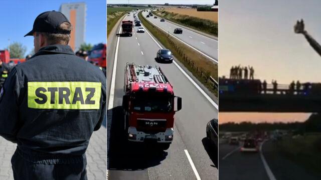 Machają, klaszczą, pozdrawiają. Szwedzi witają polskich strażaków, którzy jadą im na pomoc