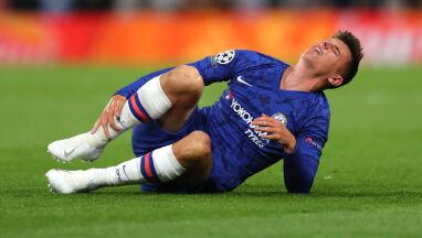 Boli od samego patrzenia. Piłkarz Chelsea czeka na diagnozę po brutalnym faulu
