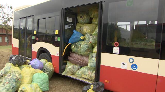Autobus wypełniony plastikowymi butelkami.