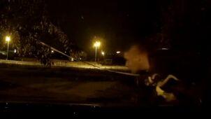 Włamał się do samochodu. Nie wiedział, że jest w nim kamera. Nagrała, jak ucieka z łupem