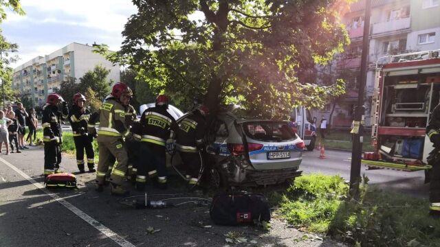 Radiowóz po zderzeniu z innym autem uderzył w drzewo.