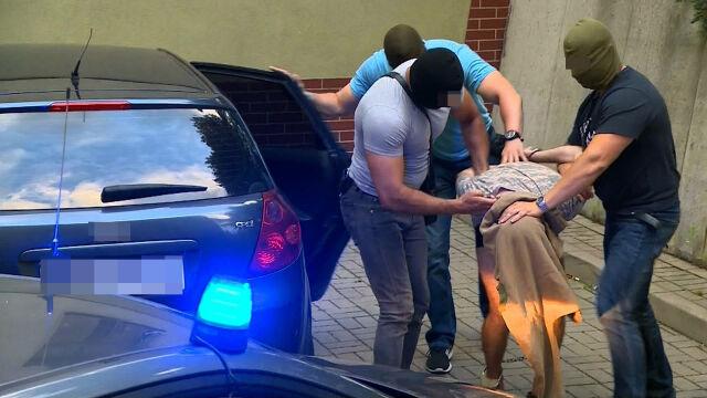 Doprowadzenie podejrzewanego do prokuratury w Świdnicy