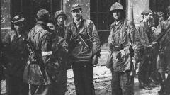 """Żołnierze Batalionu """"Zośka"""". Okolice włazu kanałowego przy ul. Wareckiej"""