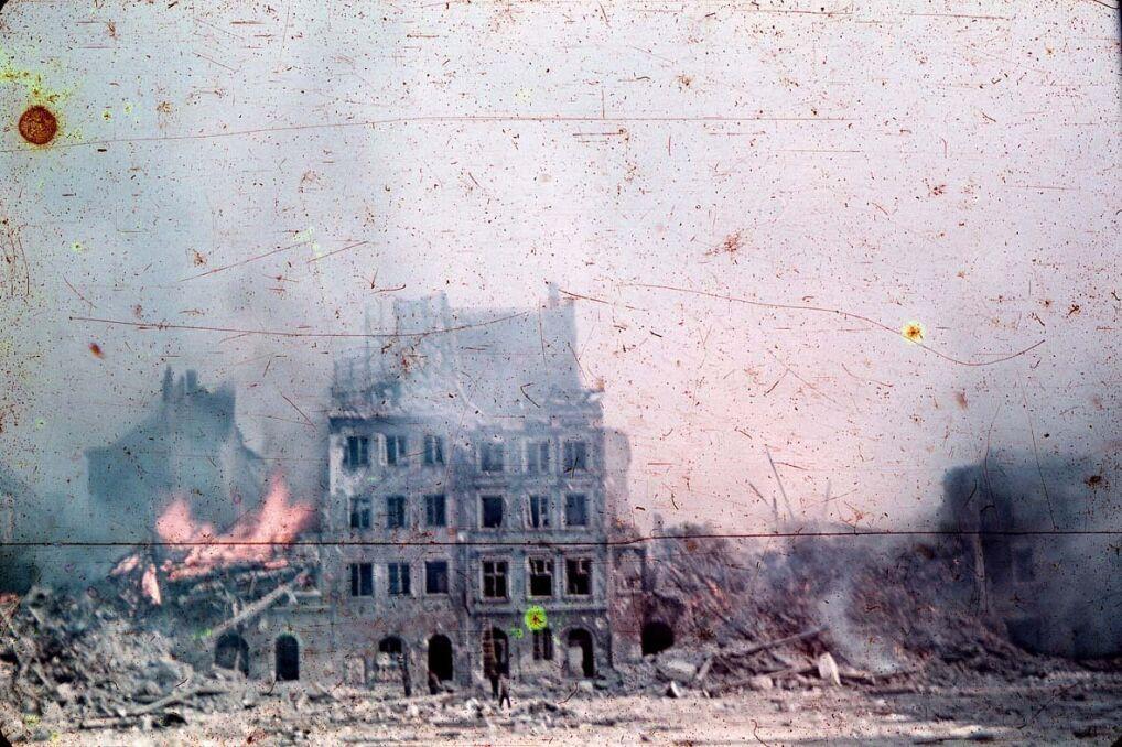 Rynek Starego Miasta w Warszawie w czasie walk Polaków przeciwko Niemcom, Strona Zakrzewskiego, sierpień 1944 r.