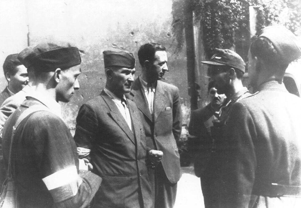 """Pułkownik """"Monter"""" (pośrodku, w furażerce) wraz oficerami BIP. Zdjęcie wykonane nieopodal Poczty Głównej przy pl. Napoleona"""