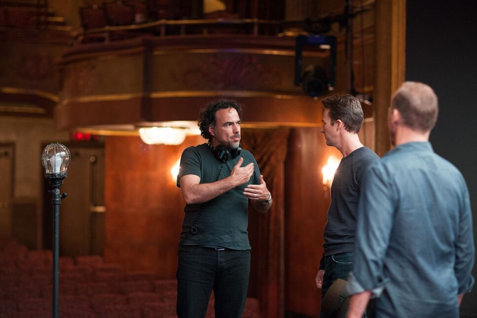 "Reżyser  Alejandro González Iñárritu na planie ""Birdmana"" z Edwardem Nortonem i Michaelem Keatonem"