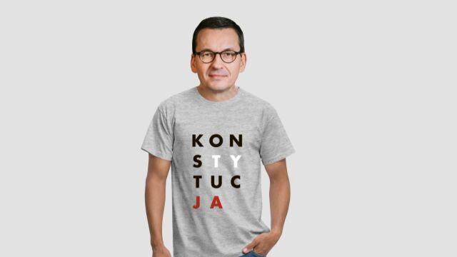 premier Mateusz Morawiecki w koszulce z napisem KONSTYTUCJA