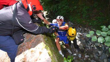 Kibic spadł w przepaść na Tour de France. Kolarze ruszyli mu z pomocą