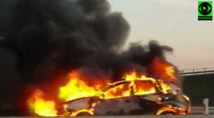 Na A2 auto stanęło w płomieniach.