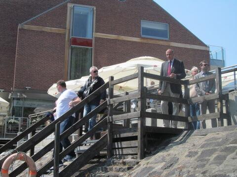 Brian May i Roger Taylor schodzą na łódkę