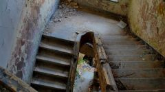 Zniszczona klatka schodowa w Domu Oficera