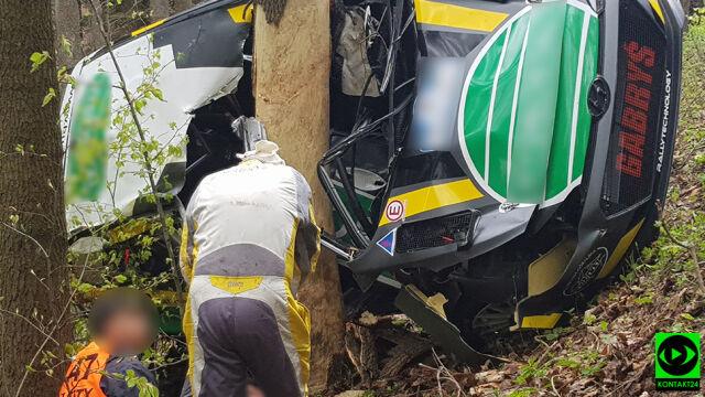 Duża prędkość, drzewo, zmiażdżony dach.  Samochód wypadł z trasy Rajdu Świdnickiego