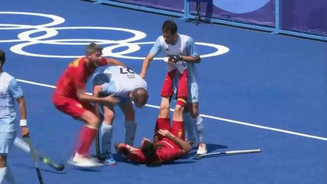 Awantura w hokeju na trawie. Leżący Hiszpan uderzony laską w głowę