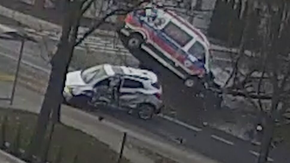 Zderzenie karetki i samochodu osobowego. Nie żyje 71-latek