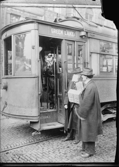 Środki ostrożności podjęte w Seattle w stanie Waszyngton podczas hiszpańskiej epidemii grypy nie pozwoliłyby nikomu na jazdę ulicznymi samochodami bez maski. 260 000 z nich zostało wykonanych przez Kapitułę Czerwonego Krzyża w Seattle, która składała się ze 120 pracowników w ciągu trzech dni