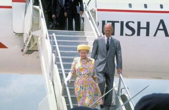 Para królewska wysiada z samolotu Concorde