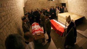Ponowny pogrzeb pary prezydenckiej bez oficjalnych uroczystości?