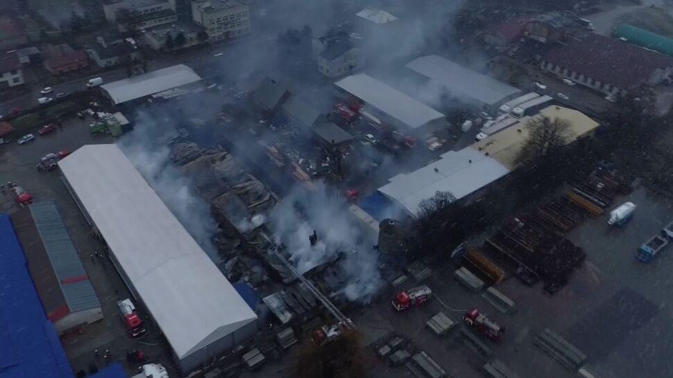 """""""Potężne płomienie wychodziły już na dach"""". Pożar w fabryce mebli, zamknięta szkoła"""