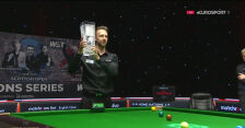Judd Trump z pucharem za triumf w English Open