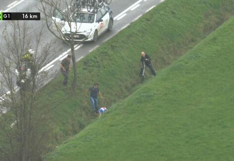 Groźny upadek Van der Poela w Driedaagse Brugge-De Panne. Holender wpadł do rowu
