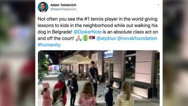 Djoković uczył dzieci tenisa na ulicy.