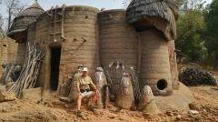 W wiosce plemienia Dogonów uważających się za potomków kosmitów albo inaczej za potomków ludzi, którzy zeszli z nieba