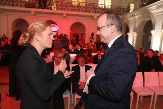 Rzecznik Praw Obywatelskich Adam Bodnar (P) oraz posłanka Barbara Nowacka (L) podczas gali