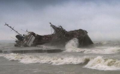 Akcja ratunkowa na przewróconym tankowcu