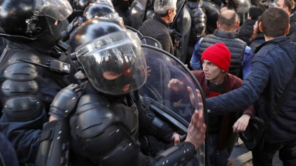 Protestujący zablokowali parlament. Policja rozpędziła ich armatkami i gazem łzawiącym
