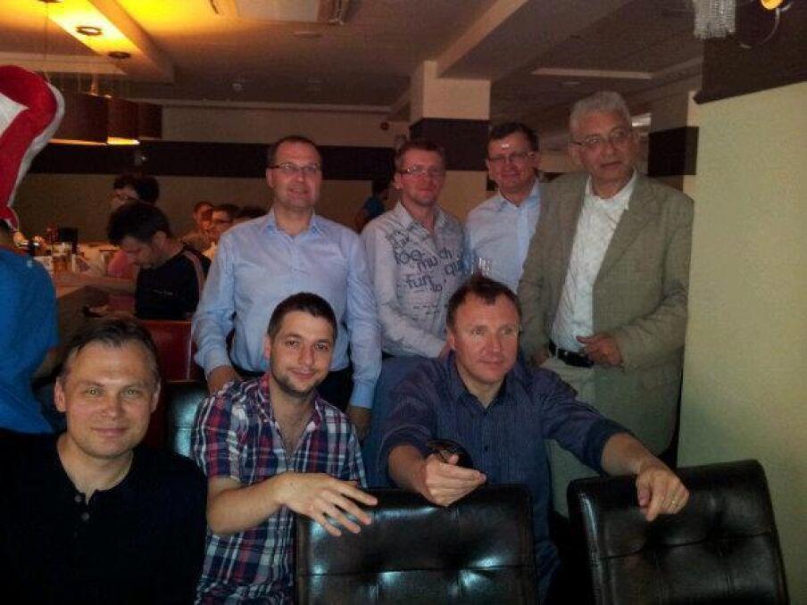 Magazyn   Patryk Jaki kibicuje w towarzystwie m. in. Jacka Kurskiego, Ludwika Dorna, Tadeusza Cymańskiego i Arkadiusza Mularczyka, czerwiec 2012 r.