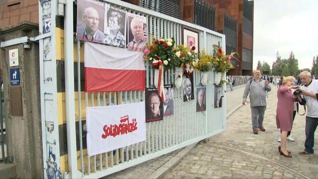 Na bramie Stoczni Gdańskiej wywieszono plakaty z wizerunkami sygnatariuszy Porozumień Sierpniowych