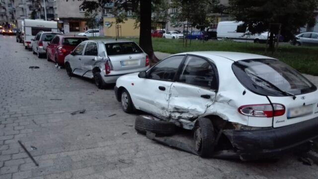 Jedno po drugim niszczył zaparkowane auta. Usłyszał już zarzuty
