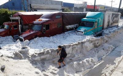W Meksyku samochody utknęły w półtorametrowych zaspach gradu